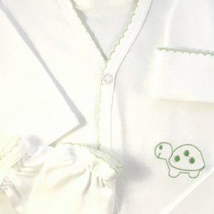 Ajuar de 5 piezas compuesto por Camiseta manga larga, Bolerito con bordado, Panty, Manitos y Gorrito formador. Su materia prima brinda confort desde el momento de nacer, permite la correcta respiración de la piel, evitando alergias y el exceso de sudoración. Su composición es 100% Algodón Pima, catalogado como el mejor algodón del mundo, evita las molestas alergias, prefiere fibras naturales libres de químicos y pesticidas. Es ligero y fresco, suave y confortable. Se disfruta una sensación de bienestar al dejarla piel respirar, es muy recomendable para bebes con problemas dermatológicos. Su calidad da resistencia a los lavados, manteniendo su forma sin generar motas. Prefiere la calidad y suavidad que Moonwear te entrega desde el momento de nacer.