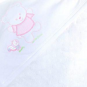 Manta acolchada con aplicación de Osito, está completamente forrada en Algodón Pima. Posee en uno de sus extremos un doblez pensado para cubrir su cabecita del frío. Esta manta es muy útil para trasladarlos a distintos ambientes, taparlos en el coche, cuna o cualquier lugar. Su composición la hace muy suave al tacto, brinda calidad sin deformarse en los lavados y sin producir peeling, además de proteger la delicada piel de tu bebé al ser una tela natural libre de químicos en su producción. Sus medidas son 90 cm x 68 cm. Regálales lo más suave desde el momento de nacer, evita las molestas alergias que producen los productos sintéticos.