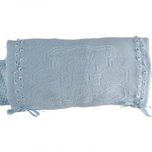 Manta tejida 100% Algodón, con aplicación de cinta y figura osito. Muy suave al tacto, para múltiples usos, cómo para taparlos en el coche, cuna y llevarlos abrigaditos a cualquier lugar. Sus medidas son 110 cm x 105 cm. Moonwear trae la nostalgia y delicadeza para cubrir a tu bebé. No te pierdas esta suave mantita de la mejor materia prima que protege la piel evitando el exceso sudoración. Máxima calidad.