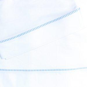 Suave juego de sábanas 100% Algodón Pima para cuna de madera hasta de 1.40 mts x 0.80 mts y cunas Pack and Play. Su diseño con fuelle y elástico en la sábana inferior, además de su tejido de punto, permiten ajustarse a distintas dimensiones y alturas de colchón. Sus medidas son: 145 cms largo x 85 cms ancho, fuelle de 20 cm. Este incluye: 1 Sábana Bajera con elásticos de ajuste 1 Sábana Superior con aplicación 1 Funda Almohada con aplicación