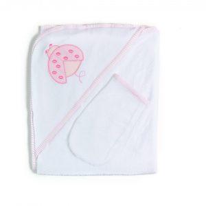 Hermosa toalla confeccionada con el más puro algodón. Lo más suave para recibir después del baño a tu bebé, sin irritar su delicada piel. Su diseño con triángulo en su esquina permite envolver su cabecita protegiéndolo del frío. Con una entretenida aplicación bordada y un sesgo de algodón en su contorno. Trae una práctica y suave manopla para utilizar durante su baño. Sus medidas son95 cms x 72 cms ¡Qué mejor modo de acabar un buen baño que envuelto en una toalla tan suavecita como ésta!